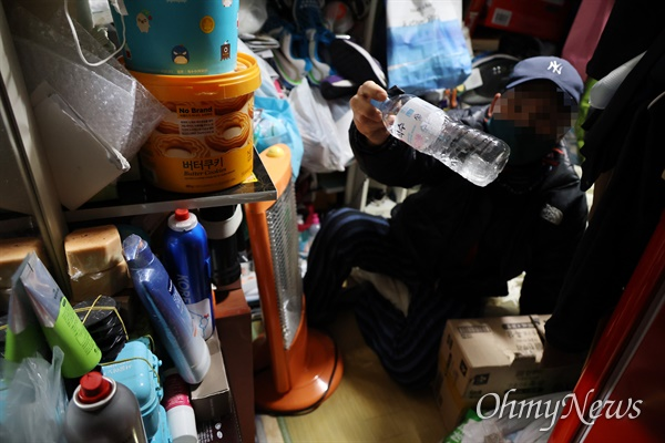 12일 오후 서울 용산구 동자동 쪽방촌에서 거주하는 고주근(가명·70대)씨가 기록적인 한파가 연일 계속되자 방 안에 있는 물병이 얼 정도로 냉골이다고 어려움을 토로했다.