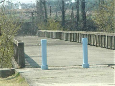 돌아오지 않는 다리 우리네 시골 작은 개울을 건너주던 어디서나 흔히 볼 수 있는 다리 모습이다. 철근콘크리트(RC) 슬래브 다리로 추정되며, 콘크리트로 만든 양측 난간이 향수를 자아낸다. 다리 중간 북쪽과 남쪽의 유지보수 및 관리가 다른지 노면 상태가 확연히 차이나 보이는 게 이채롭다.