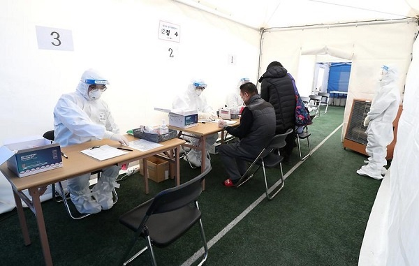 세곡동 방죽소공원에 설치된 임시선별검사소 진료 모습.