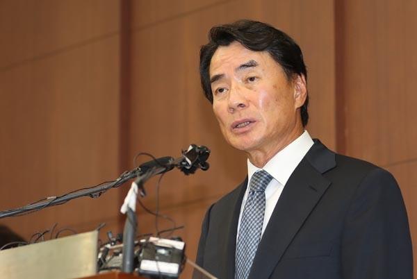 자신의 차를 모는 운전기사에 상습 폭언을 일삼은 것으로 드러난 이장한 종근당 회장이 14일 서울 충정로 본사 대강당에서 공식 사과문을 발표하고 있다.