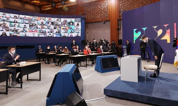 문재인 대통령이 18일 청와대 춘추관에서 열린 신년 기자회견에 앞서 인사하고 있다.