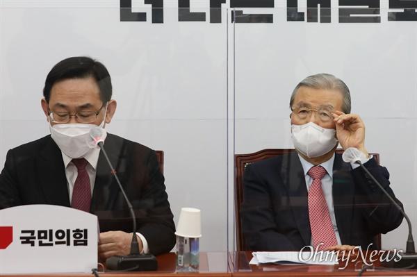국민의힘 주호영 원내대표가 18일 오전 국회에서 열린 비상대책위원회의에서 발언하고 있다. 오른쪽은 김종인 비상대책위원장.