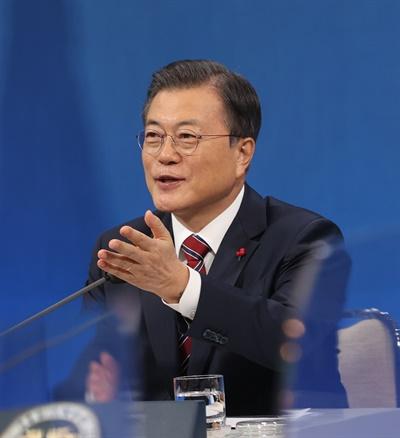 문재인 대통령이 18일 청와대 춘추관에서 열린 신년 기자회견에서 기자들의 질문을 받고 있다.