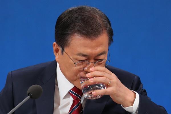 문재인 대통령이 18일 청와대 춘추관에서 열린 신년 기자회견에 참석,기자들의 질문 답변 도중 물을 마시고 있다.