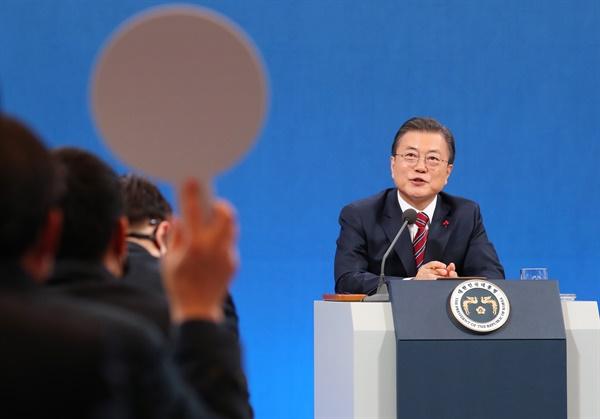 문재인 대통령이 18일 청와대 춘추관에서 열린 신년 기자회견에서 기자의 질문에 답하고 있다.