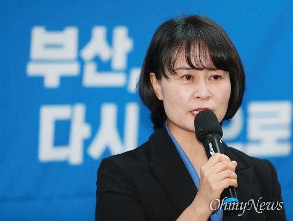 """""""낡은 정치 끝내겠다"""" 박인영 전 부산시의회 의장이 18일 부산시장 보궐선거 출마를 공식 선언했다. 이날 오전 민주당 부산시당사에서 출마선언문을 발표하고 있는 박 전 의장."""