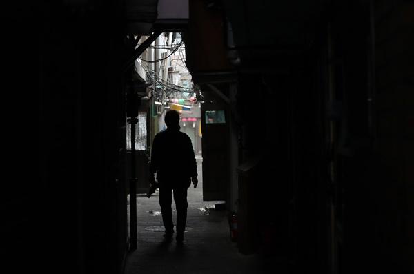 1월 11일 오전 서울 종로구 돈의동 쪽방촌에서 한 주민이 골목길을 걷고 있다.