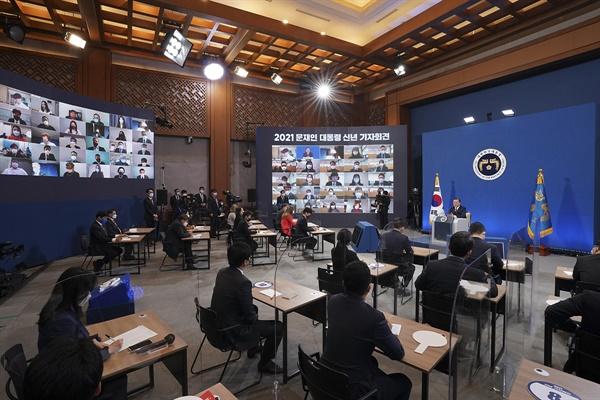 문재인 대통령이 18일 오전 청와대 춘추관 2층에서 열린 신년 기자회견에서 기자들과 질의응답을 하고 있다.
