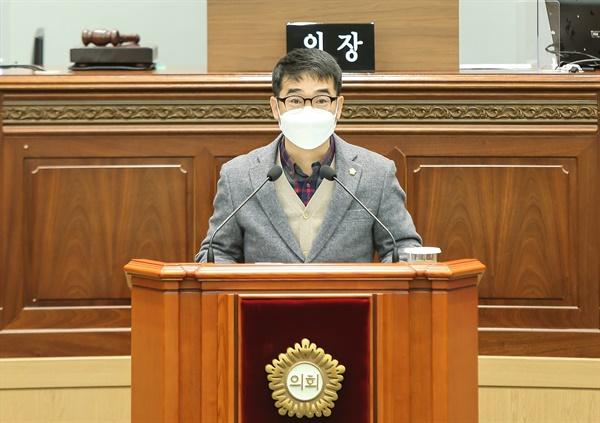 문순규 창원시의원이 18일 열린 창원시의회 임시회 본회의에서 '외자기업 한국산연의 폐업 중단(철회)을 촉구하는 건의문'에 대해 설명하고 있다.