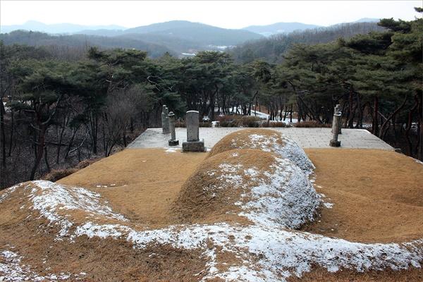 높은 지점에서 부모의 묘를 아래에 보고 있는 이율곡의 묘