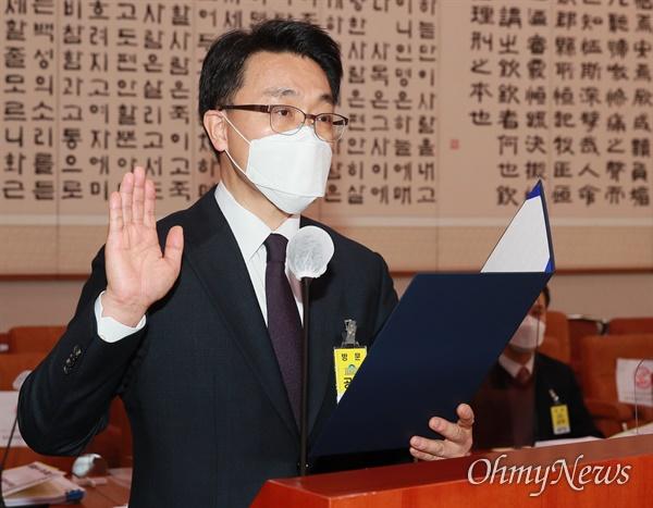 김진욱 초대 고위공직자범죄수사처장(공수처장) 후보자가 19일 오전 서울 여의도 국회 법제사법위원회에서 열린 인사청문회에 출석, 증인 선서를 하고 있다.