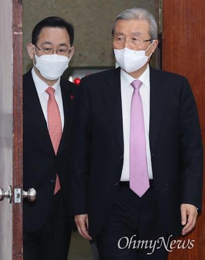 국민의힘 김종인 비상대책위원장과 주호영 원내대표가 20일 오전 국회에서 열린 코로나19 대책특위 9차 회의에 입장하고 있다.