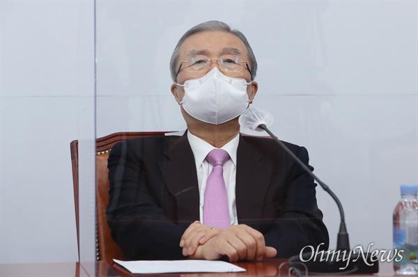 국민의힘 김종인 비상대책위원장이 20일 오전 국회에서 열린 코로나19 대책특위 9차 회의에서 참석자들의 발언을 들으며 생각에 잠겨 있다.