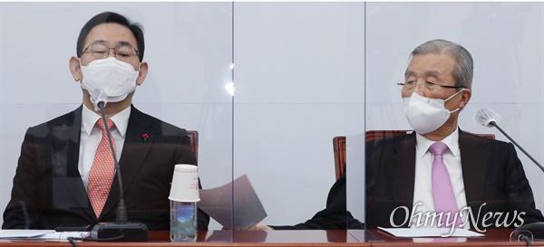 국민의힘 김종인 비상대책위원장이 20일 오전 국회에서 열린 코로나19 대책특위 9차 회의 도중 주호영 원내대표에게 자료를 건네고 있다.