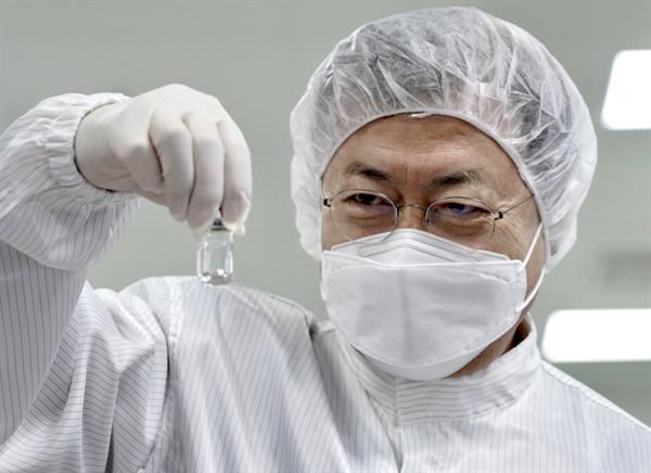 백신 살펴보는 문재인 대통령 문재인 대통령이 20일 오전 경북 안동시 SK바이오사이언스 공장에서 코로나19 백신 생산 현장을 시찰하며 완성된 백신을 살펴보고 있다. 2021.1.20