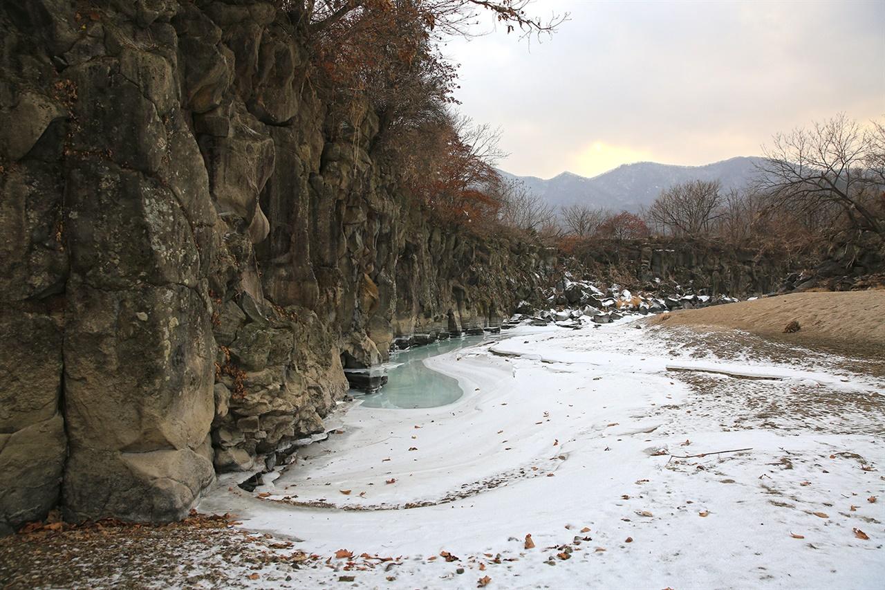 포천 교동가마소  포천 교동 건지천을 따라 형성된 현무암 계곡