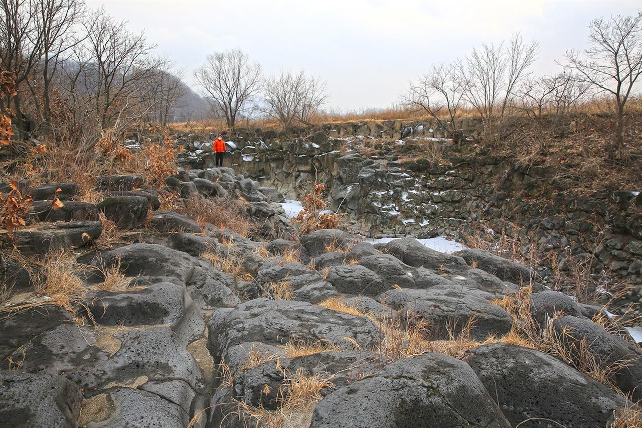포천 교동가마소   건지천에 형성된 현무암 계곡인 가마소는 온통 시커먼 돌 투성이이다.