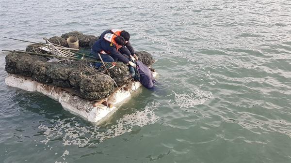 태안해경 소속  P-130정 승선원인  송기상, 김민성 순경이 뗏마에 뛰어 올라 안모씨를 극적으로 구조하고 있다.
