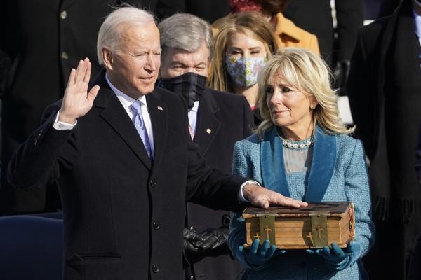 조 바이든 미국 대통령이 20일(현지시각) 워싱턴D.C. 미국 국회의사당에서 성경에 손을 얹고 미국 대통령 취임 선서를 하고 있는 모습. 성경을 들고 있는 이는 존 로버츠 대법원장.