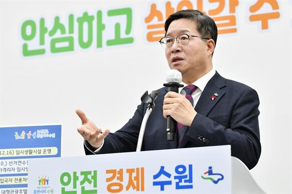 염태영 수원시장이 21일 수원시청에서 신년 온라인 브리핑을 하고 있다.