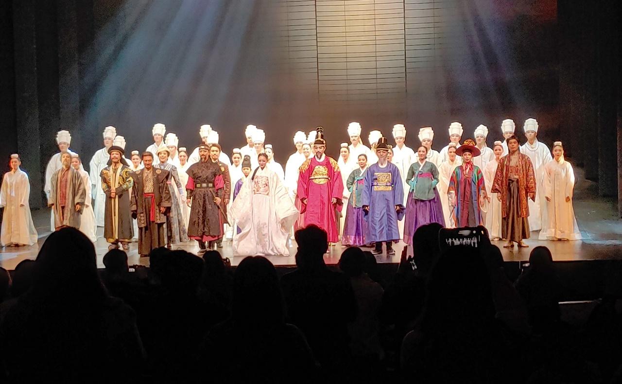 뮤지컬 '명성황후' 1월 19일 공연 커튼콜에서 관객들이 기립박수로 마지막 합창 '백성이여 일어나라'의 감격을 표현하고 있다.