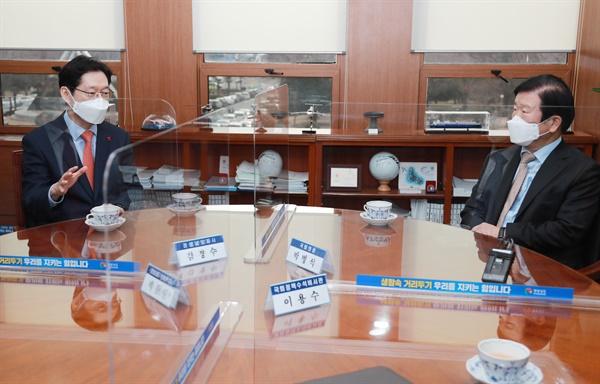 1월 21일 경남도청을 방문한 박병석 국회의장이 김경수 지사와 이야기를 나누고 있다.