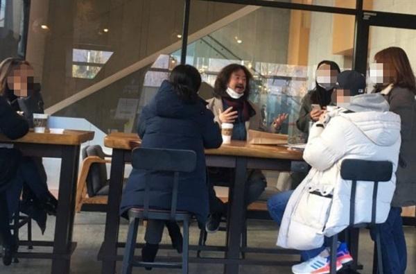 19일 서울 상암동의 한 스타벅스 매장에서 마스크를 턱까지 내리고 말을 하고 있는 김어준씨의 모습