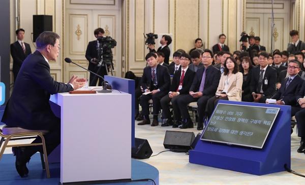 기자회견에서 답하는 문 대통령 문재인 대통령이 2020년 1월 14일 오전 청와대 영빈관에서 열린 2020년 신년 기자회견에서 취재진 질문에 답하고 있다.