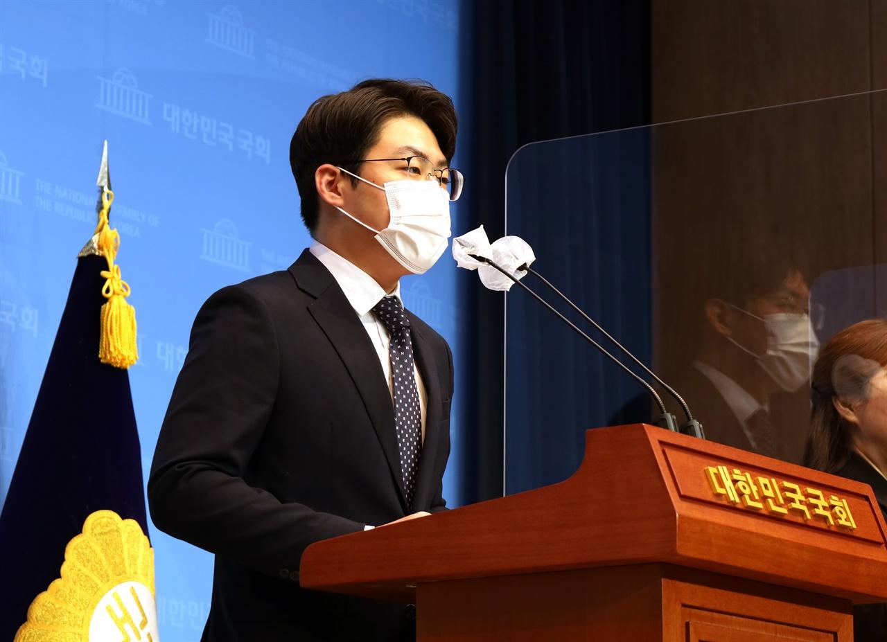 더불어민주당 박영훈 전국대학생위원장은 21일 국회 소통관에서 성명 통해 청년기본소득 논의 시작을 촉구했다.