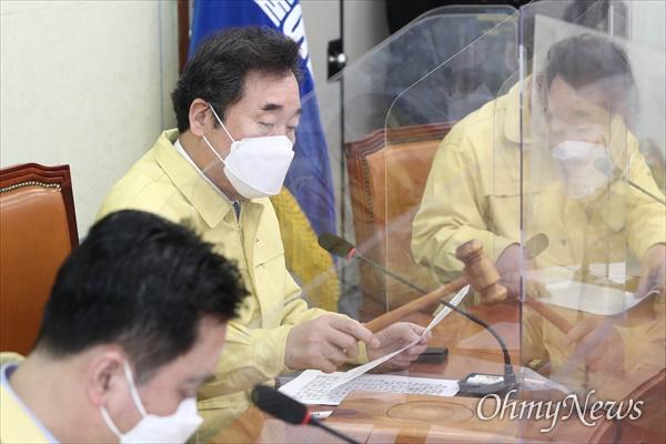 더불어민주당 이낙연 대표가 22일 오전 서울 여의도 국회에서 열린 최고위원회의에서 의사봉을 두드리고 있다.