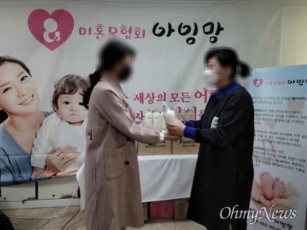 미혼모협회 아임맘이 후원받은 물품을 유용했다는 의혹에 휩싸였다.