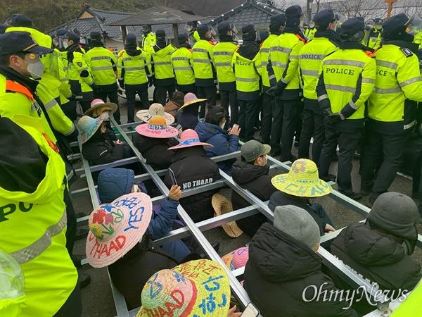 22일 오전 국방부가 경북 성주 사드 기지에 공사 장비를 반입하려 하자 주민들이 소성리 마을회관 입구 도로에서 사다리형 격자 안에 들어가 차량 통행을 막고 있다.