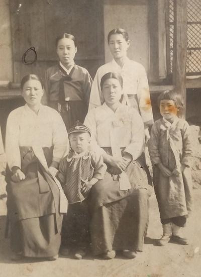 손성명 가족사진  앞줄 좌측 첫번 째가 김난임(손만석의 아내). 앞줄 좌측 두번쨰가 손성명(손만석의 장남)