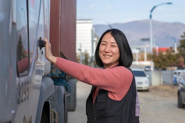 김지나 공공운수노조 화물연대본부 부산 서부지부장. 부산항만 인근 화물주차장에 주차된 자신의 차량에 오르고 있다.