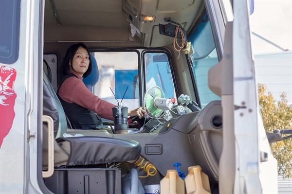 김 지부장이 운전을 시작하며 구매한 중고화물차(06년식)에 앉은 모습니다. 그는 고장은 있었지만 큰 사고 없이 자신을 지켜준 것만으로도 고마운 차라고 한다.