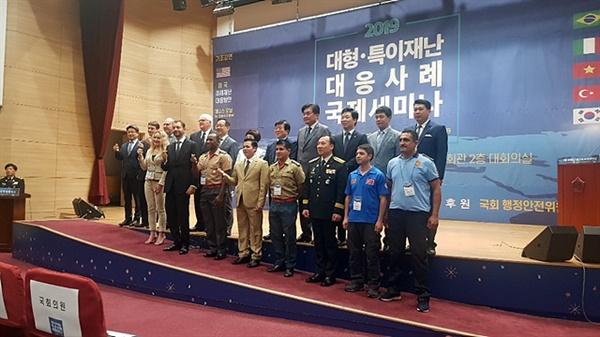2018년 '충주 세계 소방관 경기대회'에 참가한 각국대표단들이 기념촬영했다. 박선우 소방교는 참석자들을 위해 동시통역을 담당했다.