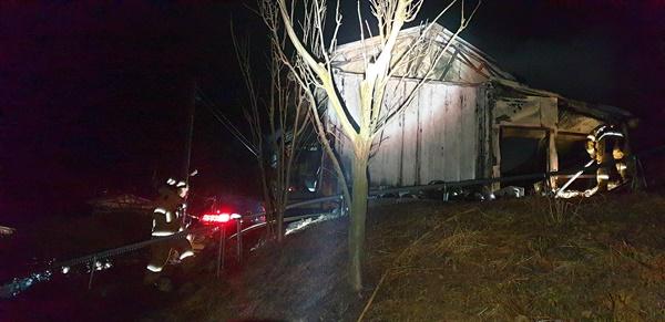 24일 오전 2시 43분경 밀양시 삼랑진읍 우곡리 소재 과수원 농막 화재 발생.