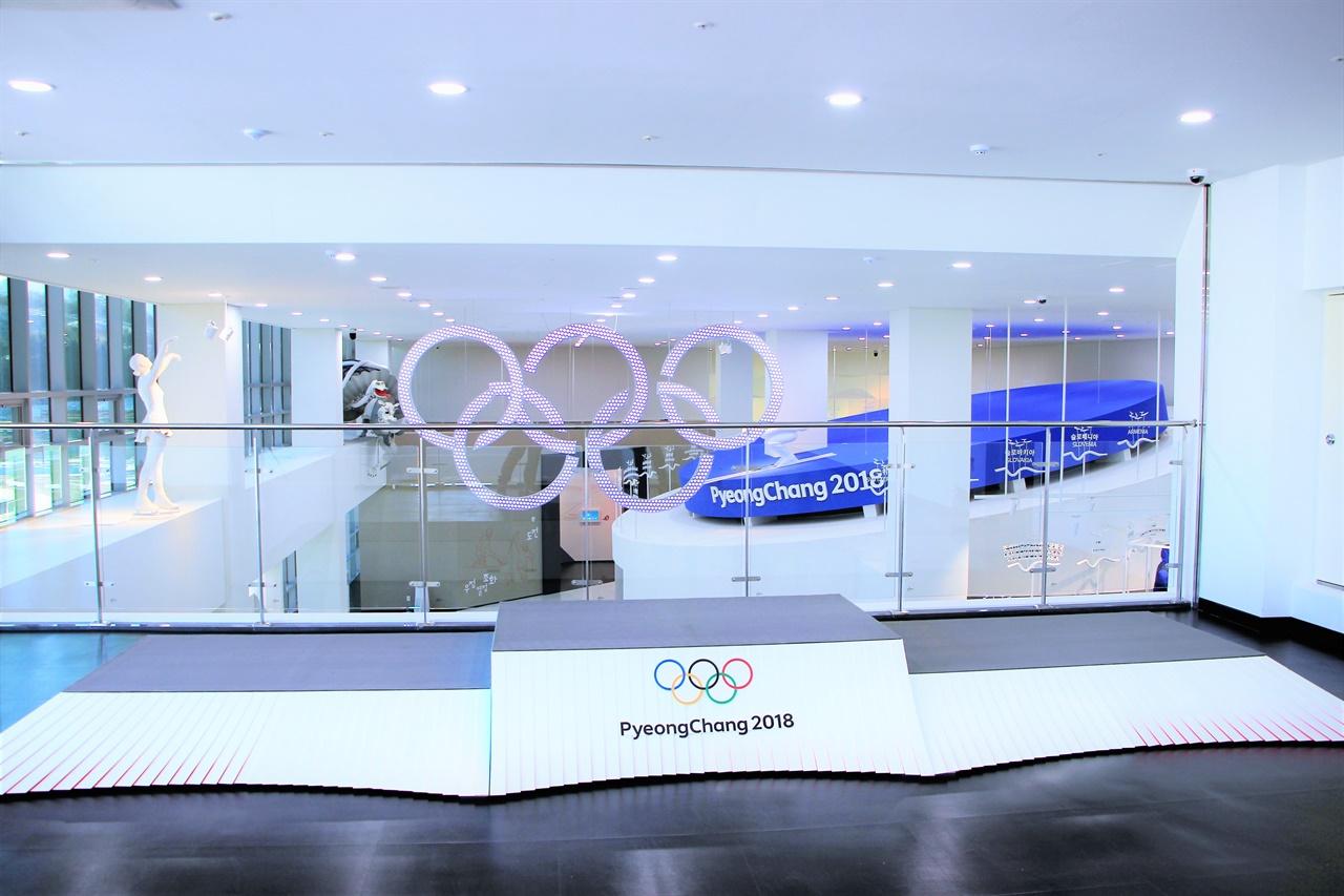 평창 올림픽 기념관 포토존. 올림픽 시상대를 활용한 모습이 재치있다.