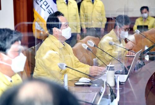 정세균 국무총리가 22일 세종로 정부서울청사에서 열린 코로나19 중앙재난안전대책본부 회의를 주재하고 있다.