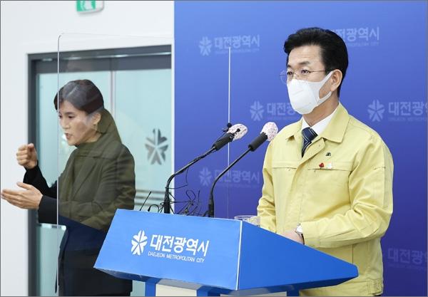 허태정 대전시장이 25일 오전 IEM국제학교 집단감염 상황에 대해 브리핑하고 있다.