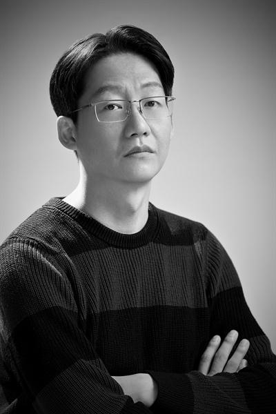 영화 <관계의 가나다에 있는 우리는>을 연출한 이인의 감독.