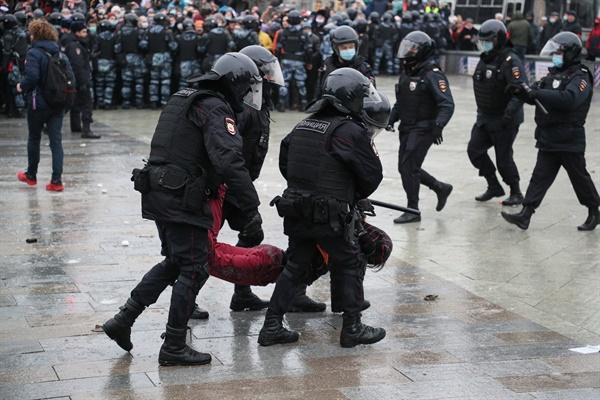 23일(모스크바 현지 시각) 러시아 전경들이 야당 정치인 알렉세이 나발니의 석방을 촉구하는 집회에 참가자를 푸시킨스카야 광장에서 체포하고 있는 모습.
