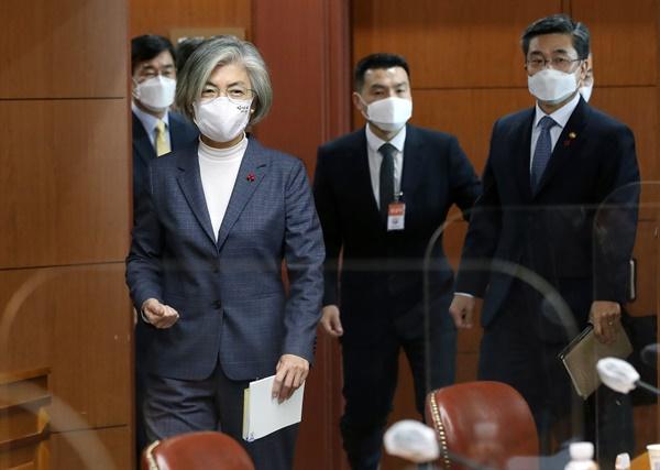 강경화 외교부장관과 서욱 국방부장관(오른쪽)이 25일 서울 도렴동 외교부 청사에서 열린 제3차 유엔 평화유지 장관회의 준비위원회에 입장하고 있다.