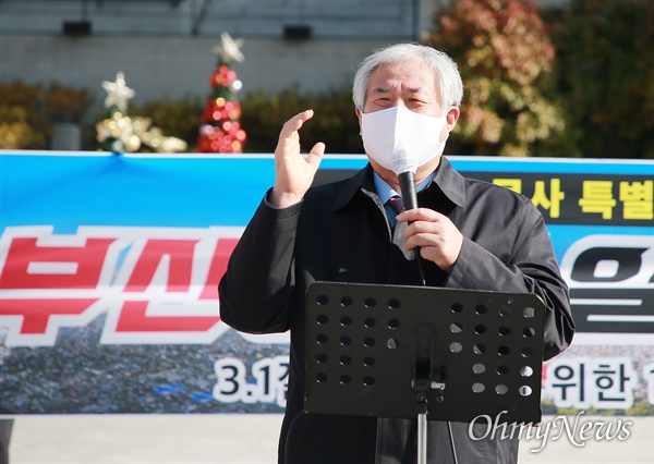 사랑제일교회 전광훈 목사가 25일 부산역 광장에서 문재인 대통령을 향해 또 막말과 욕설을 퍼붓고 있다.