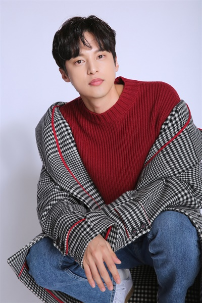 tvN 드라마 <낮과 밤> 배우 윤선우 인터뷰 사진