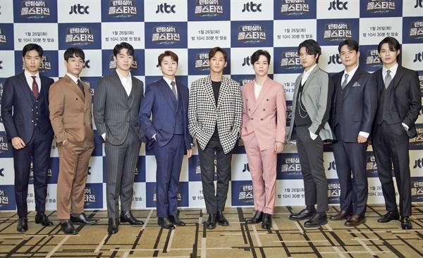 26일 오후 온라인으로 진행된 JTBC <팬텀싱어 올스타전> 제작발표회에서 결승에 진출한 9팀의 리더들이 카메라를 향해 포즈를 취하고 있다.