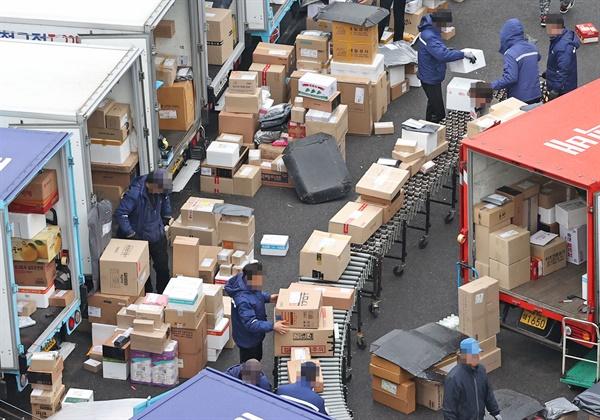 택배업계가 내달 설 연휴를 앞두고 택배 물량에 대응하기 위한 인력을 추가 투입하기로 한 가운데 26일 오전 서울의 한 택배물류센터에서 관계자들이 물품을 옮기고 있다.