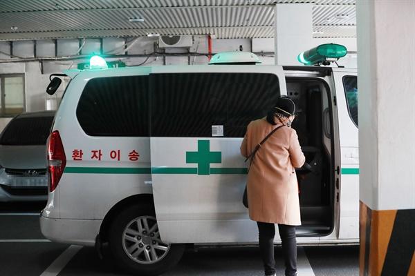 25일 오후 집단감염이 발생한 부산 금정구 부곡요양병원에서 이송 차량이 대기하고 있다.