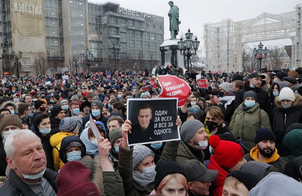 (모스크바 EPA=연합뉴스) 시민들이 23일(현지시간) 러시아 수도 모스크바에서 야권 운동가 알렉세이 나발니의 석방을 촉구하는 시위를 벌이고 있다.  epa08960717 People take part in an unauthorized protest in support of Russian opposition leader and anti-corruption activist Alexei Navalny, in Moscow, Russia, 23 January 2021. Navalny was detained after his arrival to Moscow from Germany on 17 January 2021. A Moscow judge on 18 January ruled that he will remain in custody for 30 days following his airport arrest. Navalny urged Russians to take to the streets to protest. In many Russian cities mass events are prohibited due to an increasing number of cases of the COVID-19 pandemic caused by the SARS CoV-2 coronavirus. EPA/MAXIM