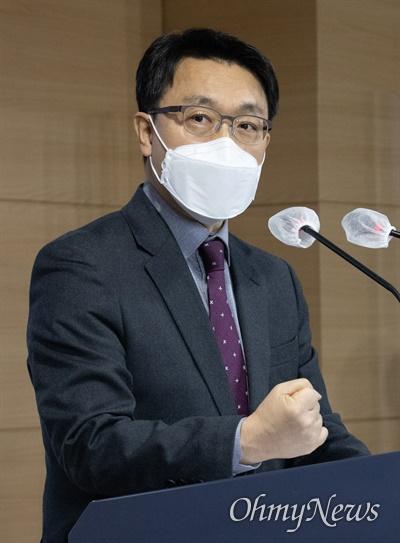 김진욱 고위공직자범죄수사처 처장이 28일 오후 정부서울청사 브리핑실에서 입장을 발표를 마치고 인사 하고 있다.